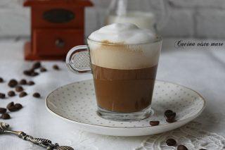 Caffè goloso con schiuma di latte Cucina vista mare