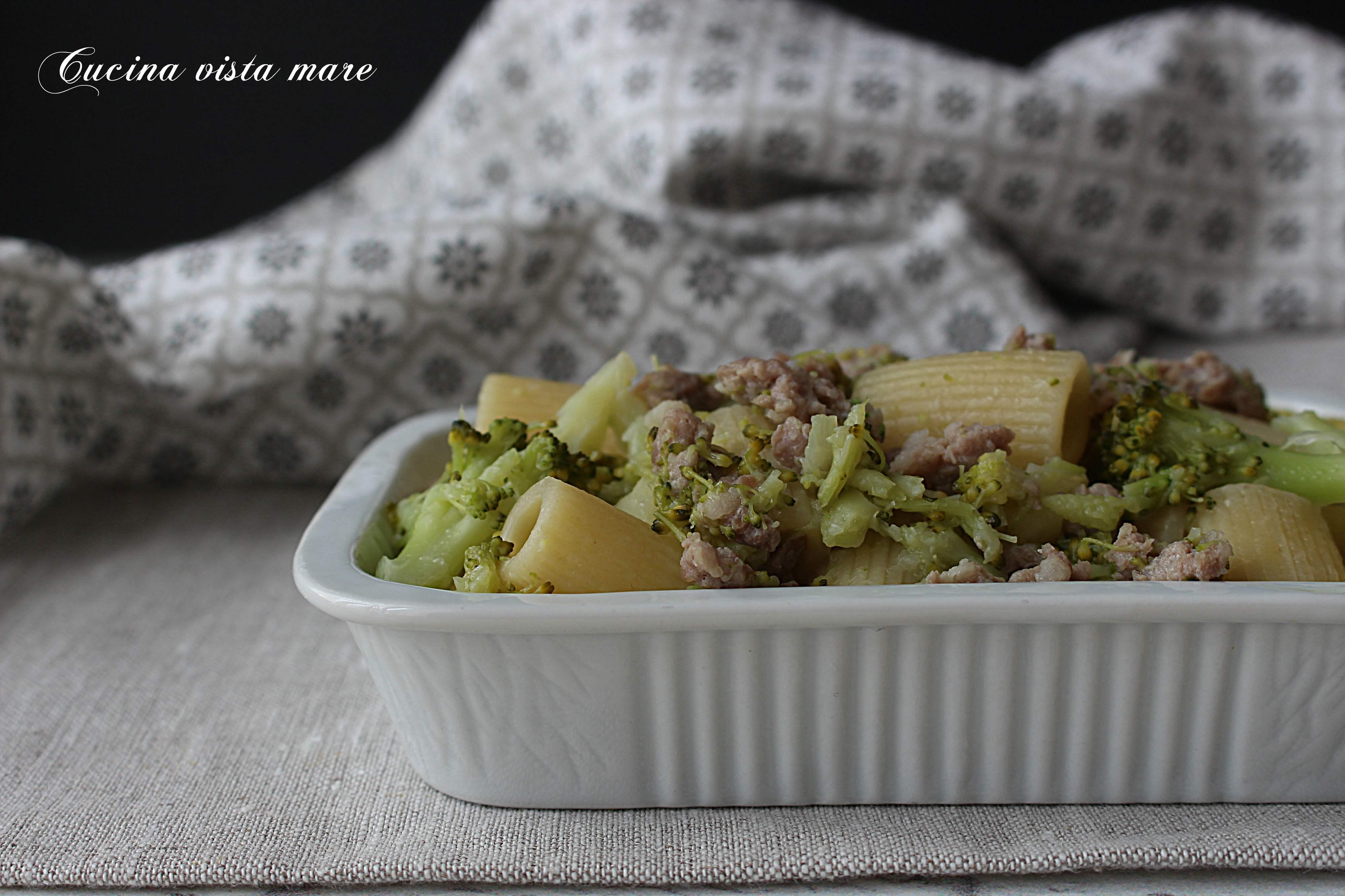 Pasta broccoli salsiccia e patate Cucina vista mare