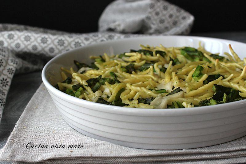 Pasta al forno vegana con asparagi