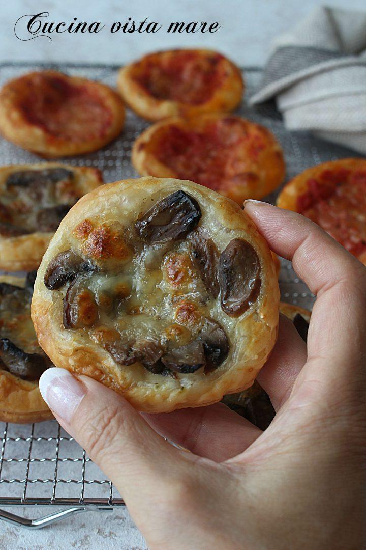 Pizzette di pasta sfoglia Cucina vista mare