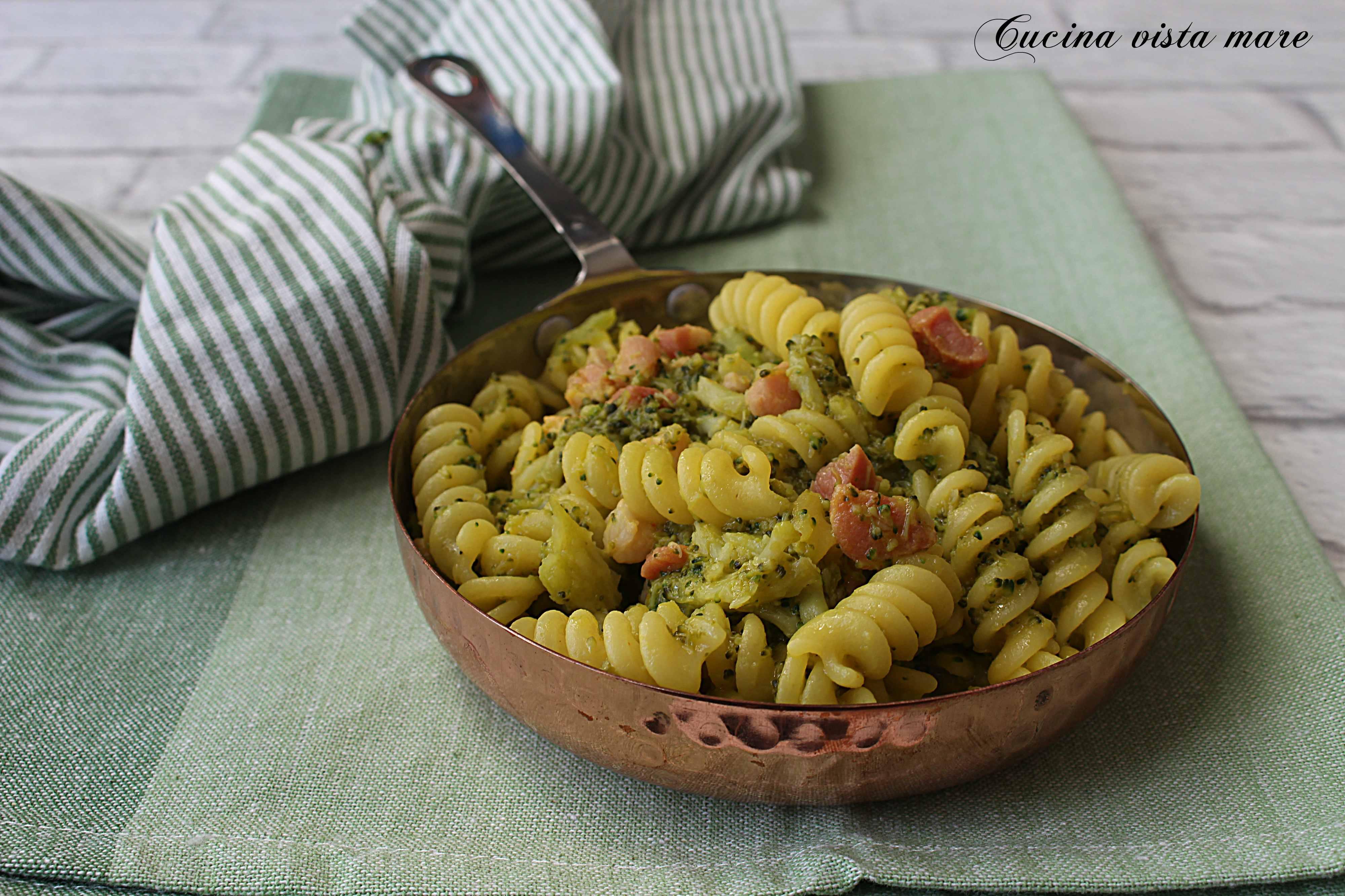 Pasta broccoli pancetta e zafferano Cucina vista mare
