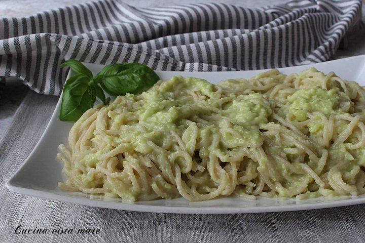 Spaghetti al pesto di avocado Cucina vista mare