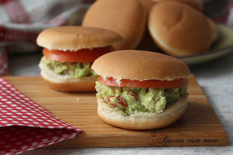 Hamburger di pollo e guacamole
