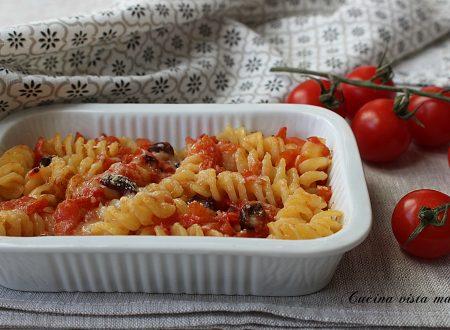 Pasta al forno con olive e pomodorini