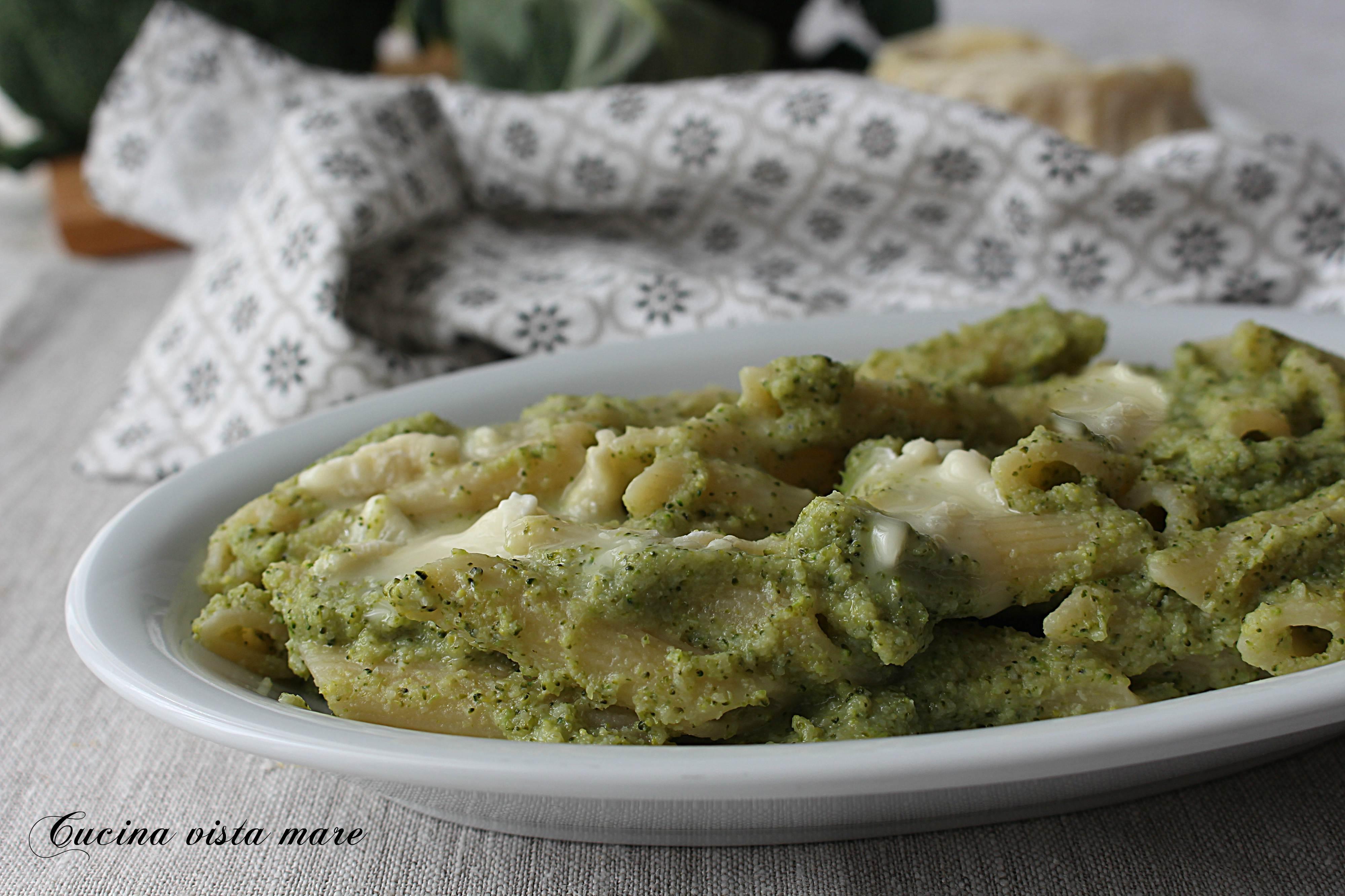 Pasta con crema di broccoli e primo sale Cucina vista mare