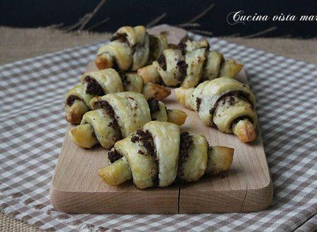 Mini croissant al pesto di olive nere