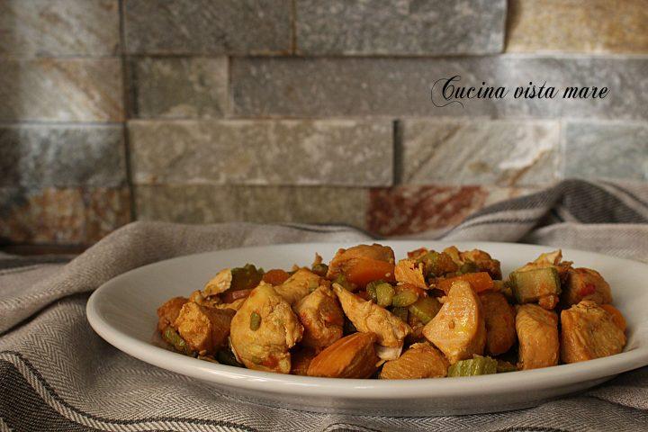 Pollo al curry con verdure nella slow cooker Cucina vista mare