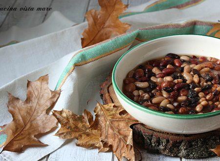 Zuppa di fagioli misti nella slow cooker