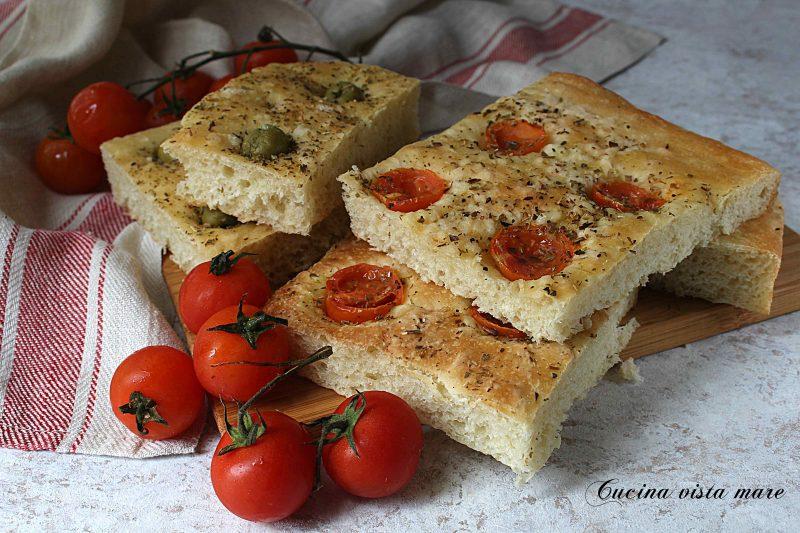 Focaccia con olive e pomodorini