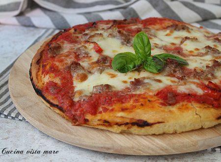 Pizza con peperoni e salsiccia