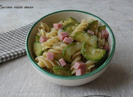 Pasta fredda con zucchine e prosciutto cotto