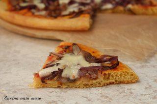 pizza di mais con salsiccia e radicchio