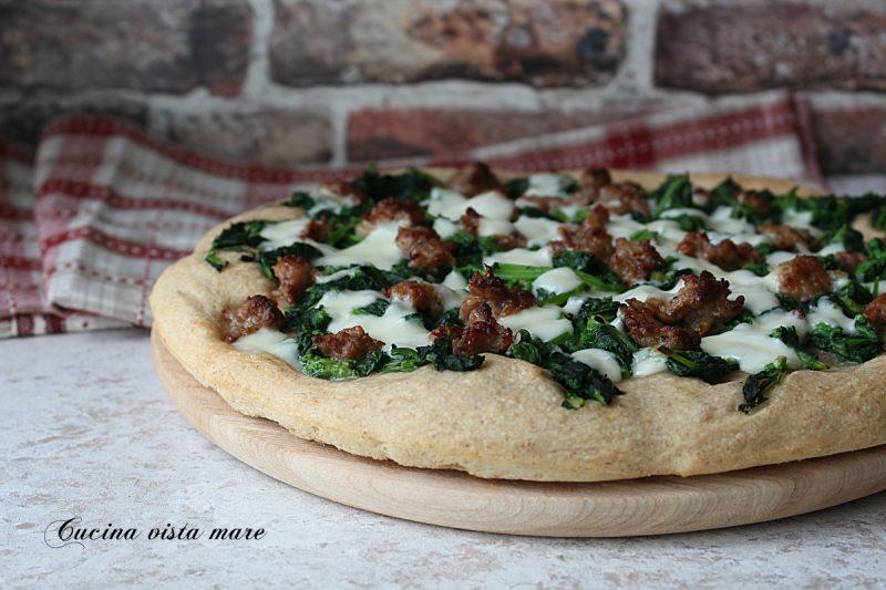 Pizza con rape e salsiccia