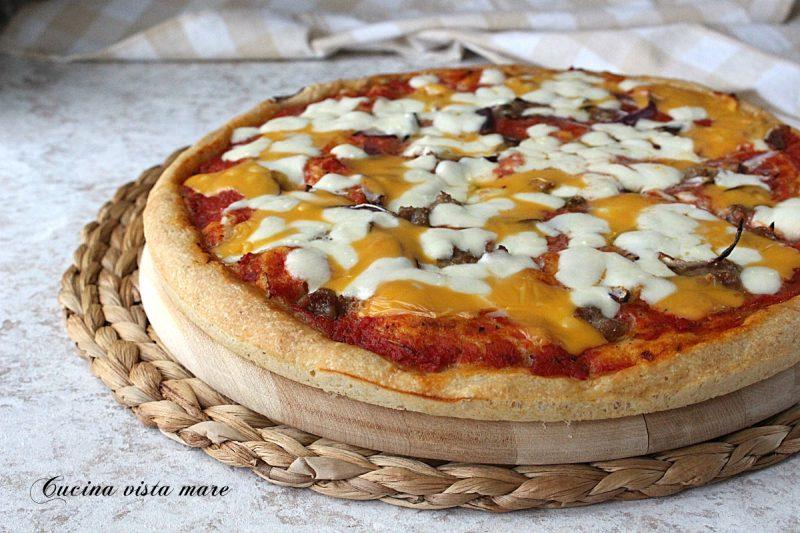 Pizza salsiccia cipolla e cheddar
