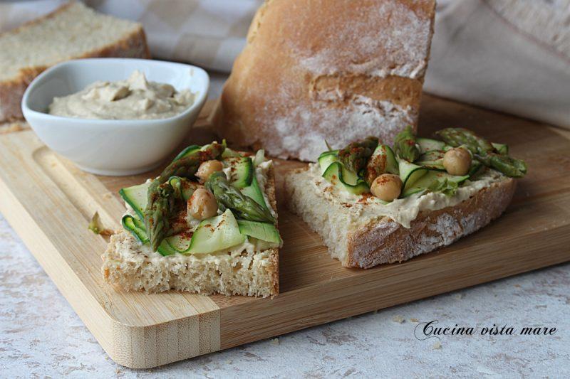 Bruschette con hummus e verdure