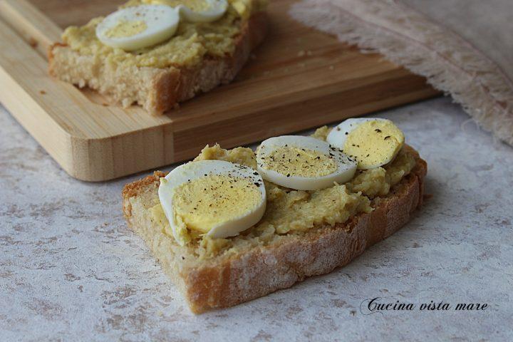 bruschette con crema di carciofi e uova