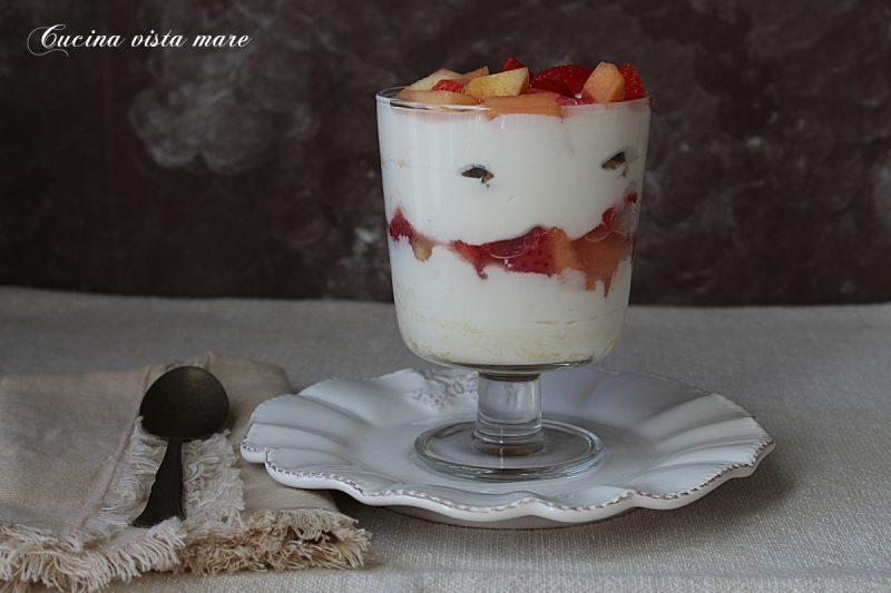 Coppa yogurt e ricotta alla frutta fresca