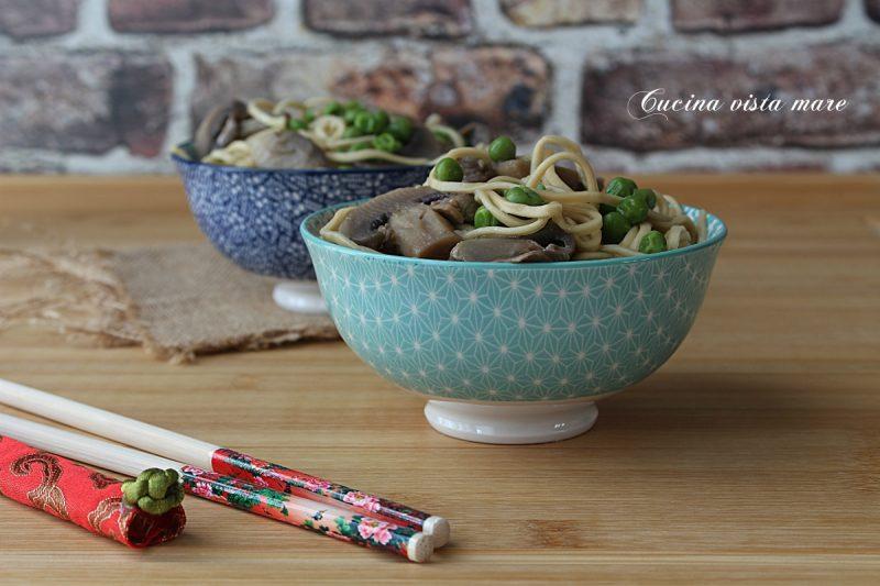 Noodles con funghi e piselli