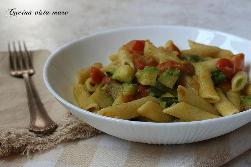 Pasta con pomodorini e crema di zucchine