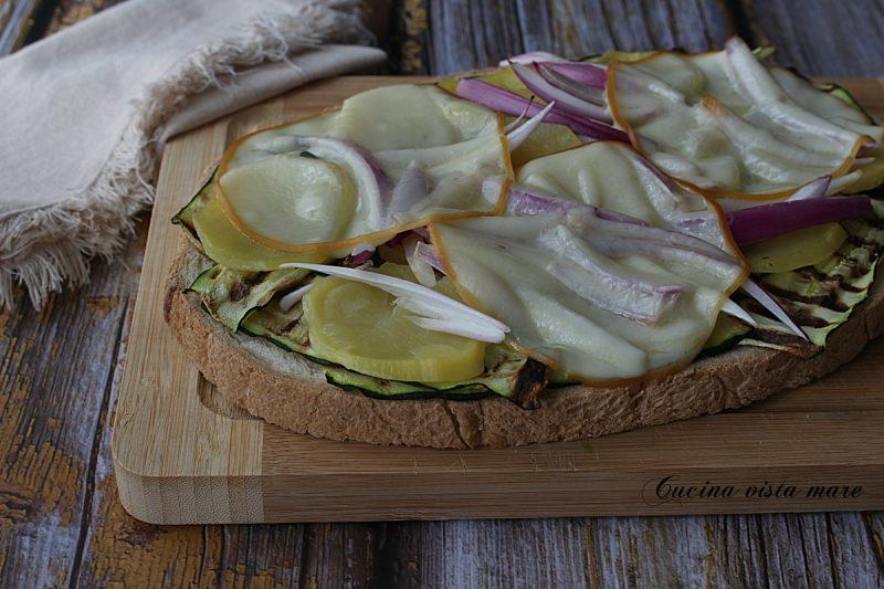 Bruschettoni con zucchine e provola