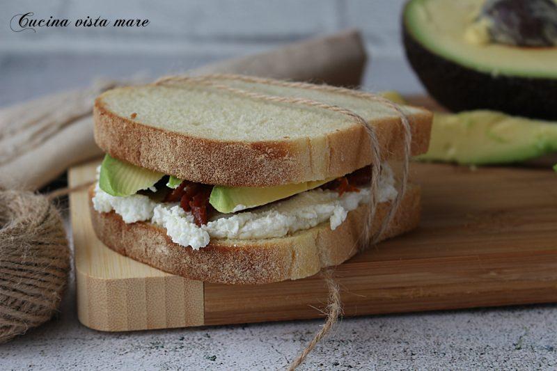 Sandwich con avocado e caprino