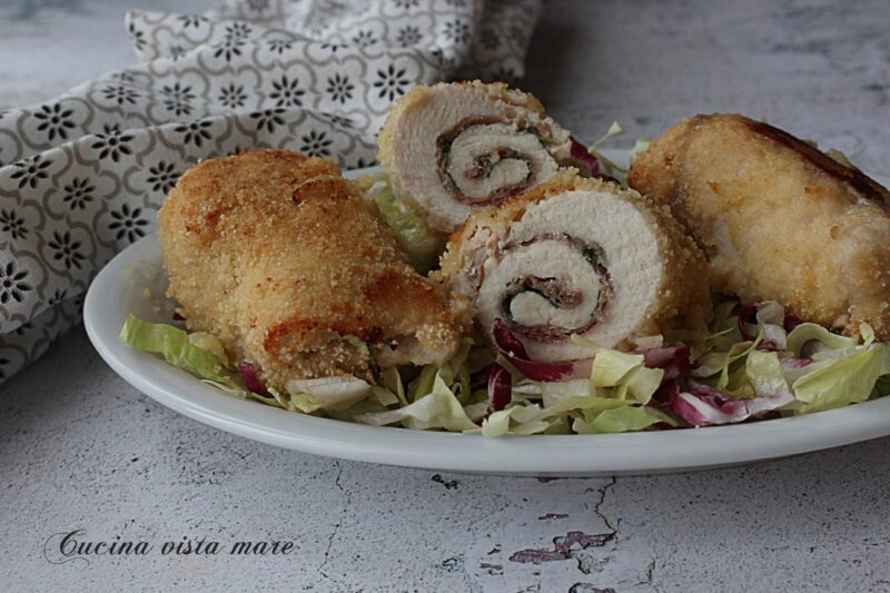 Involtini di pollo con prosciutto e rucola