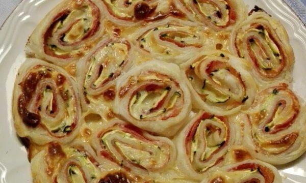 Torta di rose salata con zucchine e prosciutto