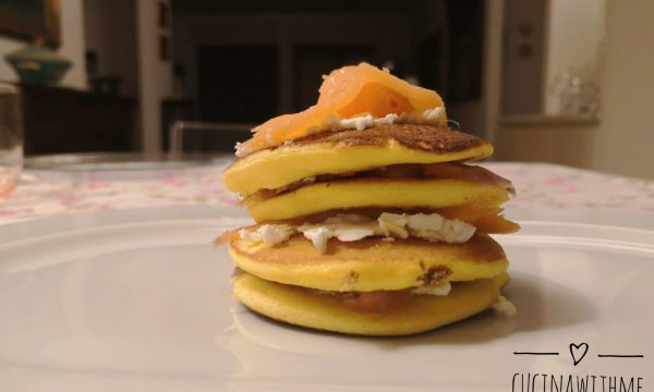 Pancake salati con salmone e philadelphia
