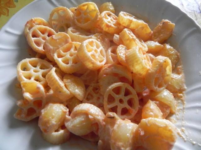 pasta con patate gustose e panna