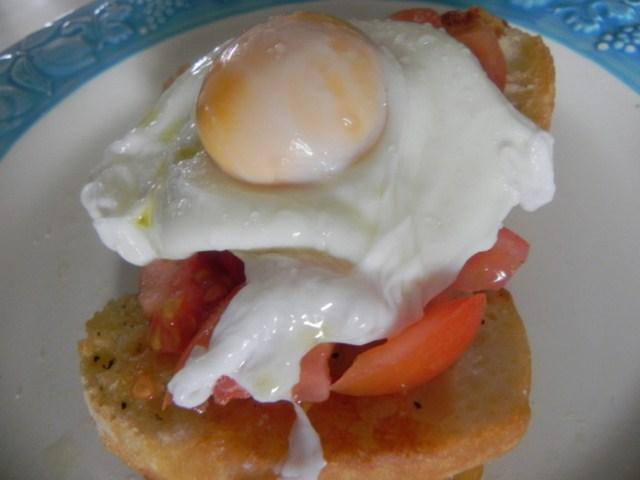 uova in camicia su crostoni di pane conditi