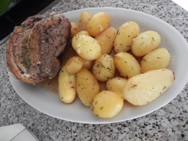 arrosto di vitello legato al forno con patate novelle