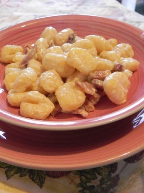 gnocchi di patate con speck e panna,ricetta appetitosa