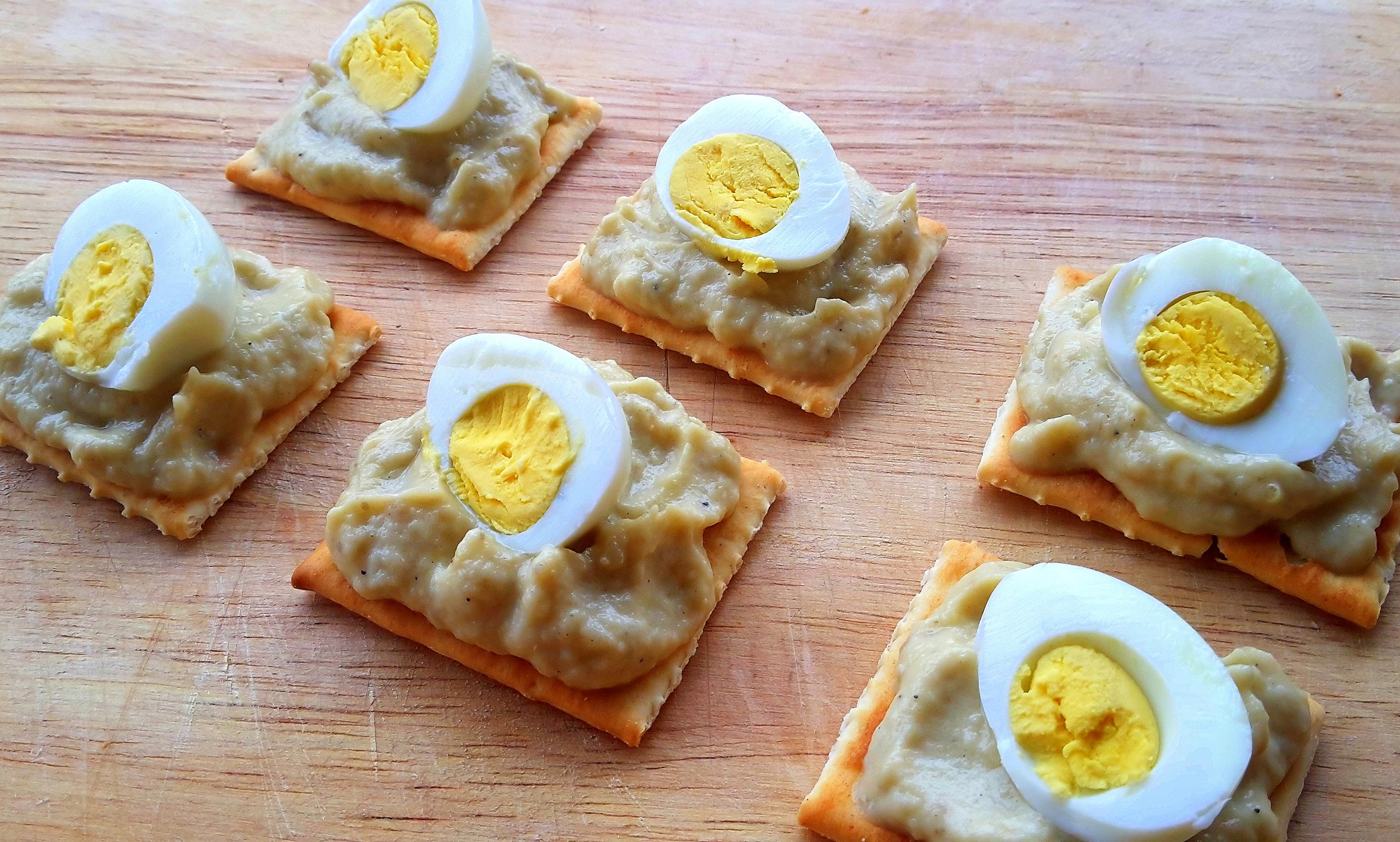 Crostini con crema di melanzane e uova di Quaglia