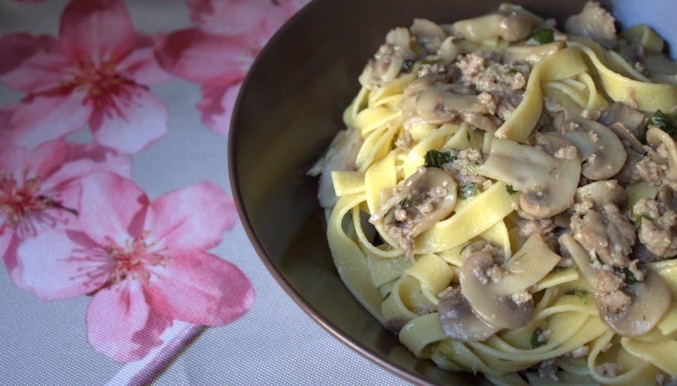 Fettuccine con salsiccia e funghi champignon