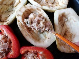 Melanzane e peperoni ripieni senza uova