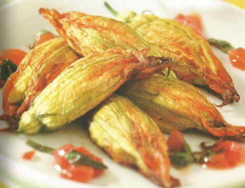 Fiori di zucca fritti ripieni di mozzarela e acciughe