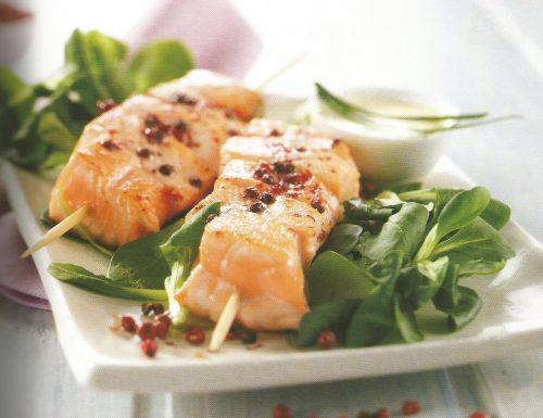 Spiedini di salmone con valeriana e salsa allo yogurt