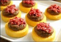 Dischi di polenta con cotechino e purea di lenticchie