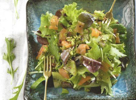Insalata con salmone affumicato kiwi e pistacchi