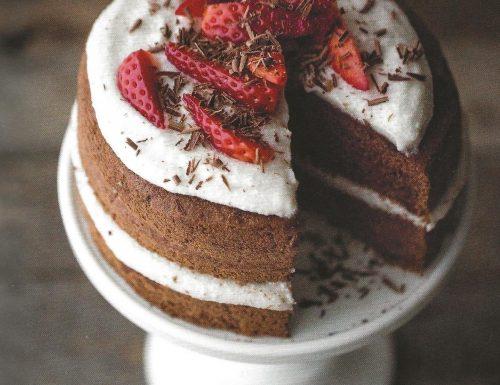 Torta al cacao con panna e fragole