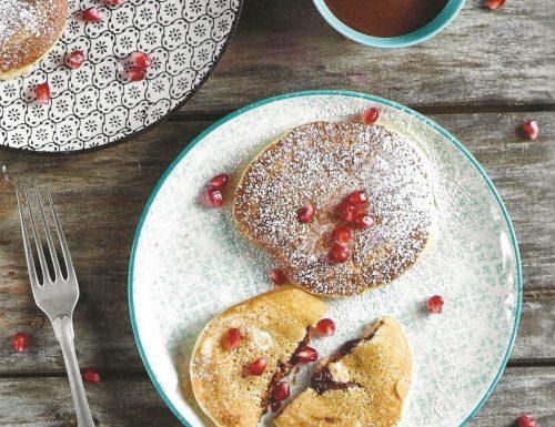 Pancake ripieni al cioccolato con melagrana
