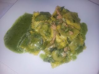 Ravioli salmone e zucchine in salsa di insalata