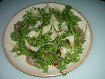 Carpaccio di vitello, rucola e parmigiano con Champignon trifolati