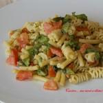 Pasta fredda insalata, pomodori e pesto