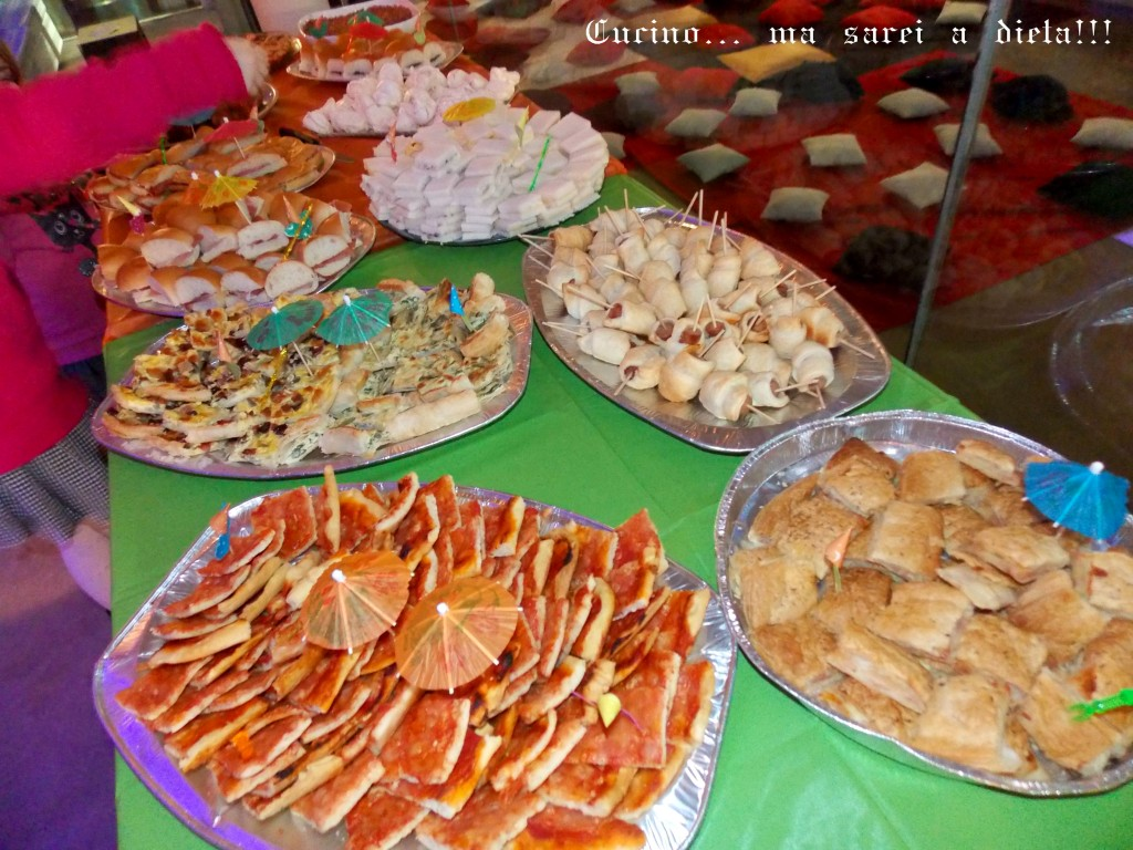 Buffet di compleanno estivo a base di frutta feste e