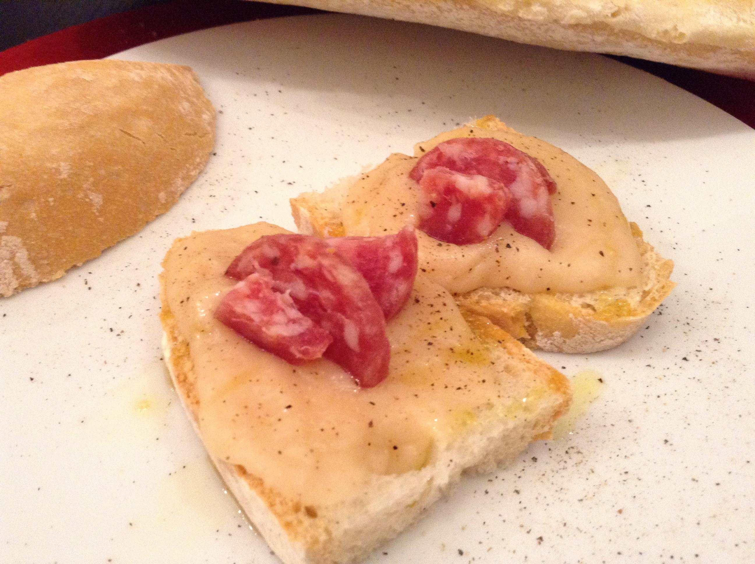 crostini con crema di fagioli e salamino