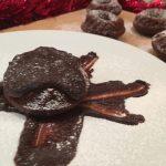 Ciambelline al cacao morbide con cioccolato caldo fondente