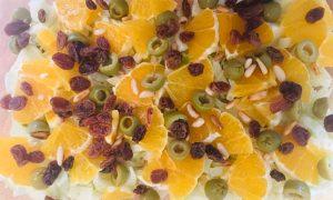 Insalata finocchio, pinoli, arancia, olive e uva passa