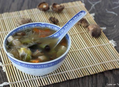 Zuppa giapponese di verdure e tofu