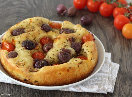Focaccia pugliese con pomodorini olive e cipolla